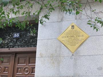Placa conmemorativa a Lucio del Valle en la calle Valverde